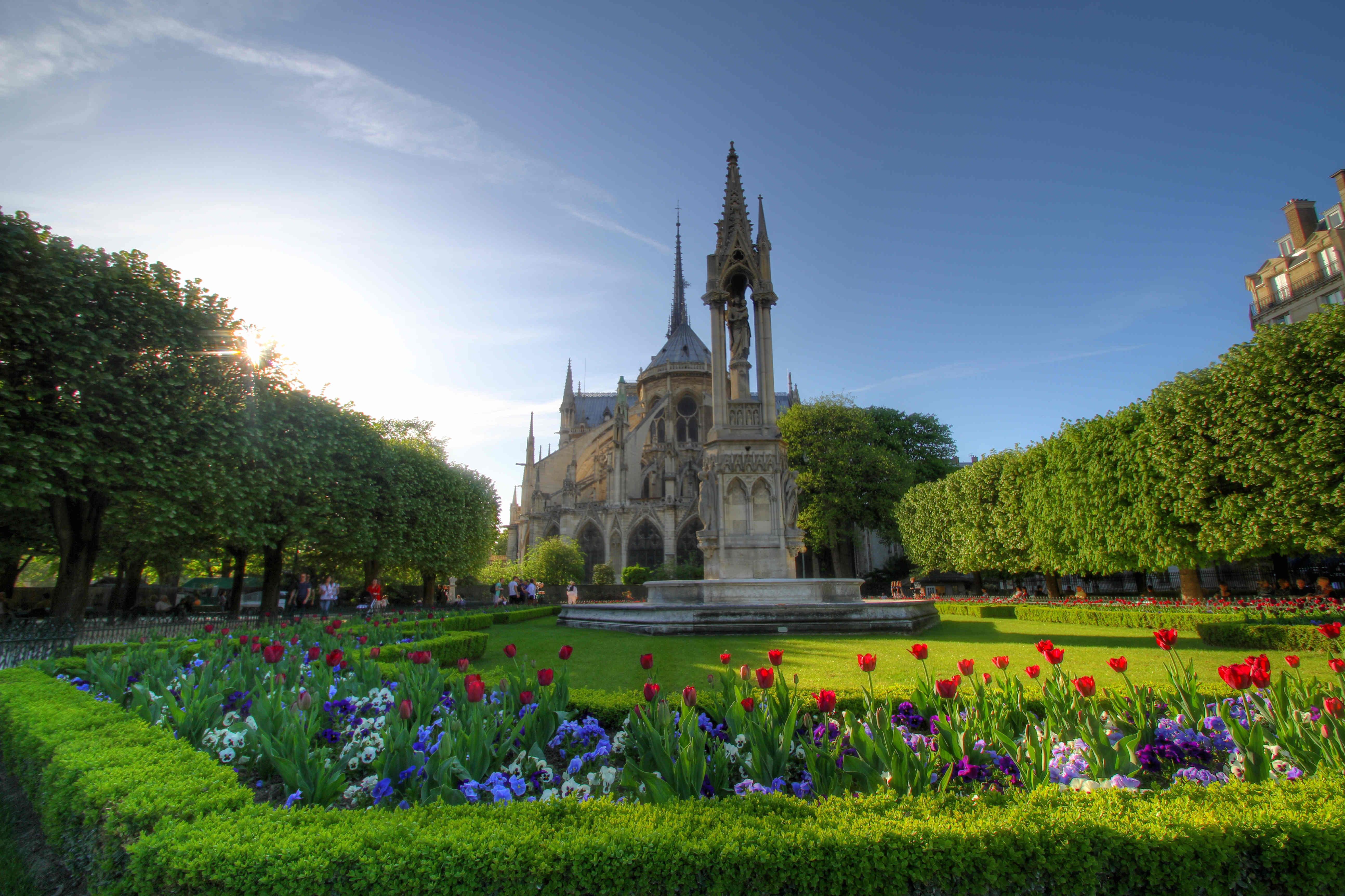 La_cathedrale_Notre_Dame_vue_des_jardins_3.jpg
